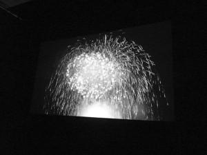 180インチで投影。ちなみにレーザ光源を使用したプロジェクタでは遮光眼鏡をかけて画面を見ると,映像が消える。