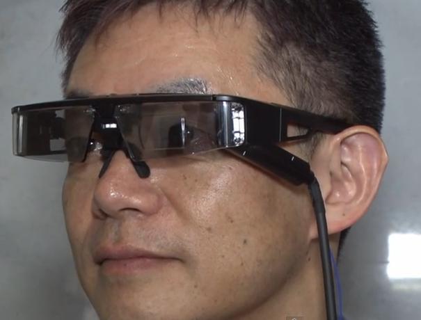 QDレーザと東大,レーザ網膜走査型ウェアラブル情報端末「レーザアイウェア」を開発