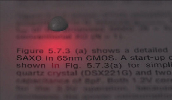 発光しながら本の上の空中を移動するマイクロ読書灯へのルシオラの適用例
