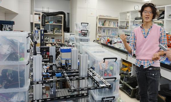 装置や機材が所せましと並ぶ研究室