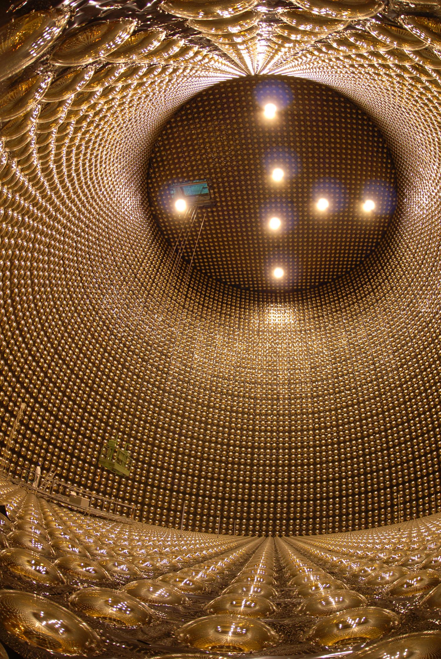 スーパーカミオカンデの内部(提供:東京大学宇宙線研究所神岡宇宙素粒子研究施設)