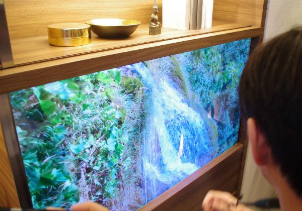 【CEATEC】パナソニック,透明になる家具調ディスプレーを開発