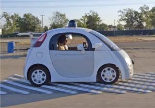 屋根のLiDARが特徴的なGoogle car(出典:YouTube1))