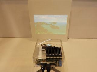 同社製RGBレーザーを搭載した小型プロジェクターによる投影デモのもよう。ロボホンの搭載も想定している。