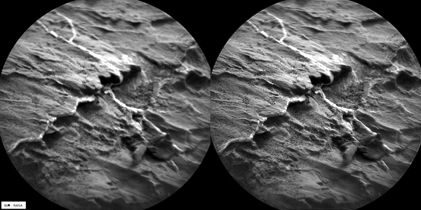 NASAの火星探査車,キュリオシティ=ローバー搭載の撮像装置CHEMCAMの撮影画像を鮮鋭化(左)オリジナル画像(右)鮮鋭化画像