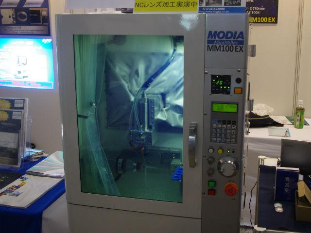 【OPIE'18】生田精密,非球面レンズ研削加工機を展示